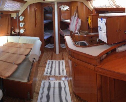 vacanze in barca a vela con skipper omero moretti interno freya dinette