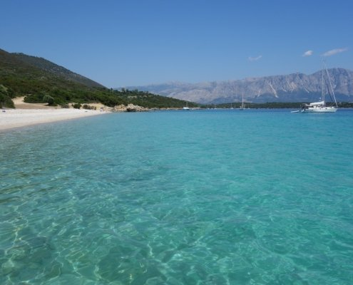 vacanze in barca a vela con skipper in grecia spiaggia