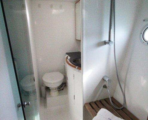catamarano con bagni privati